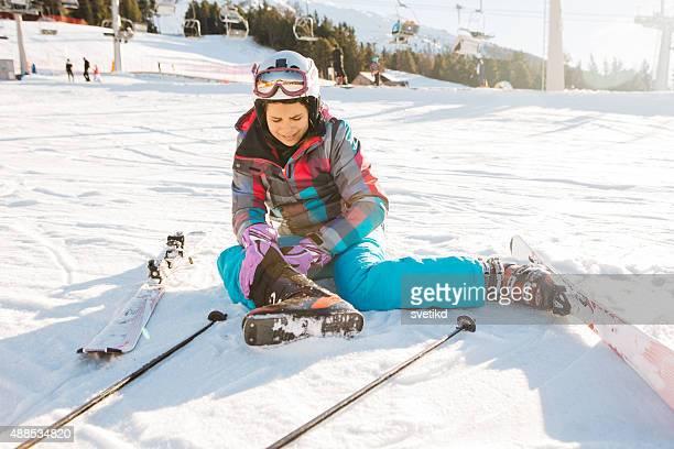 adolescente du ski dans les alpes italiennes. - chute ski photos et images de collection