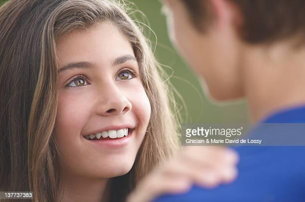 Adolescente Ragazza sorridente al boyfriend