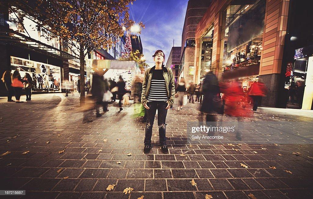 Teenage girl stood still on a busy street : Stockfoto