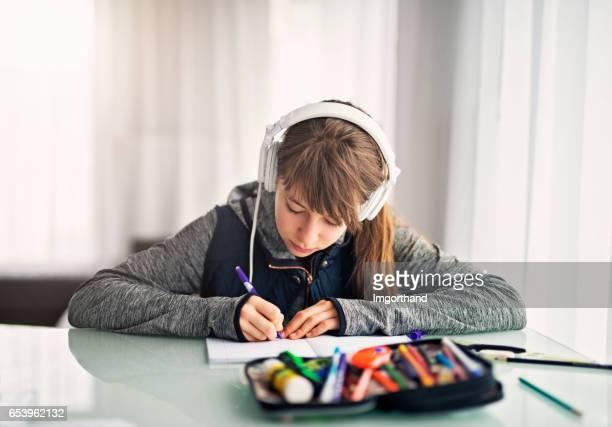 Tienermeisje thuis studeren