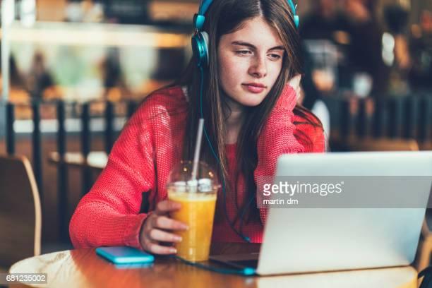 Teenager-Mädchen studieren in café