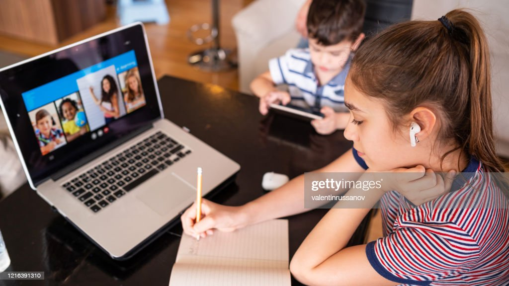 Tiener die met video online les thuisfamilie in isolatie studeert Homeschooling en afstandsonderwijs : Stockfoto