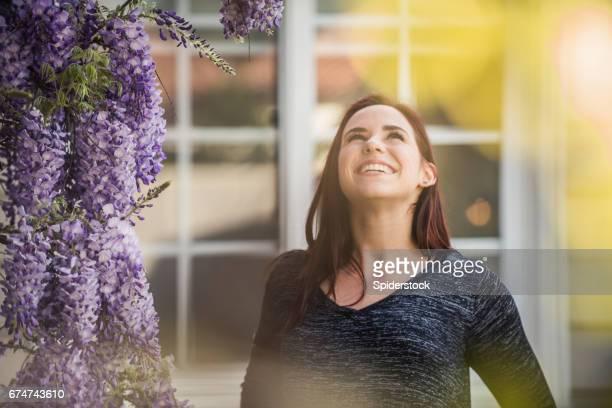 Teenager-Mädchen die Schönheit der Blumen