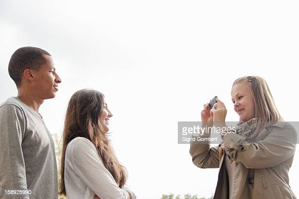 teenage girl taking pictures of friends - sigrid gombert imagens e fotografias de stock