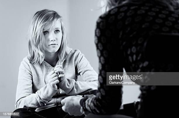 Adolescente parler à un conseiller noir et blanc
