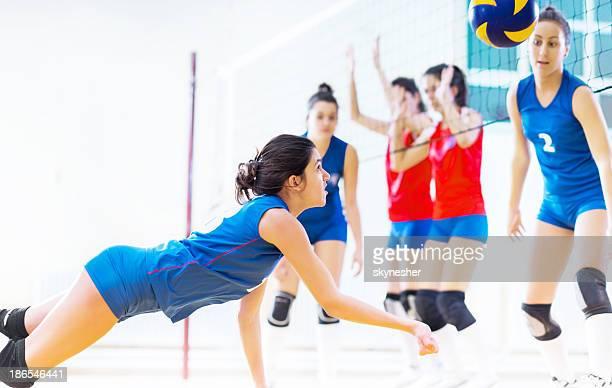 10 代の少女のチームバレーボールます。