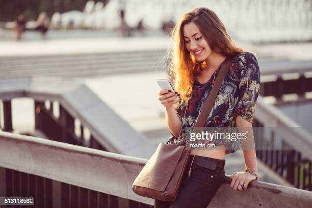 Adolescente SMS on smartphone