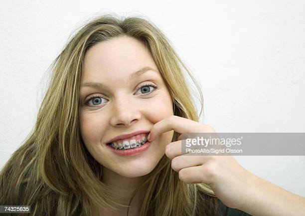 Jeune fille de toucher bretelles, portrait