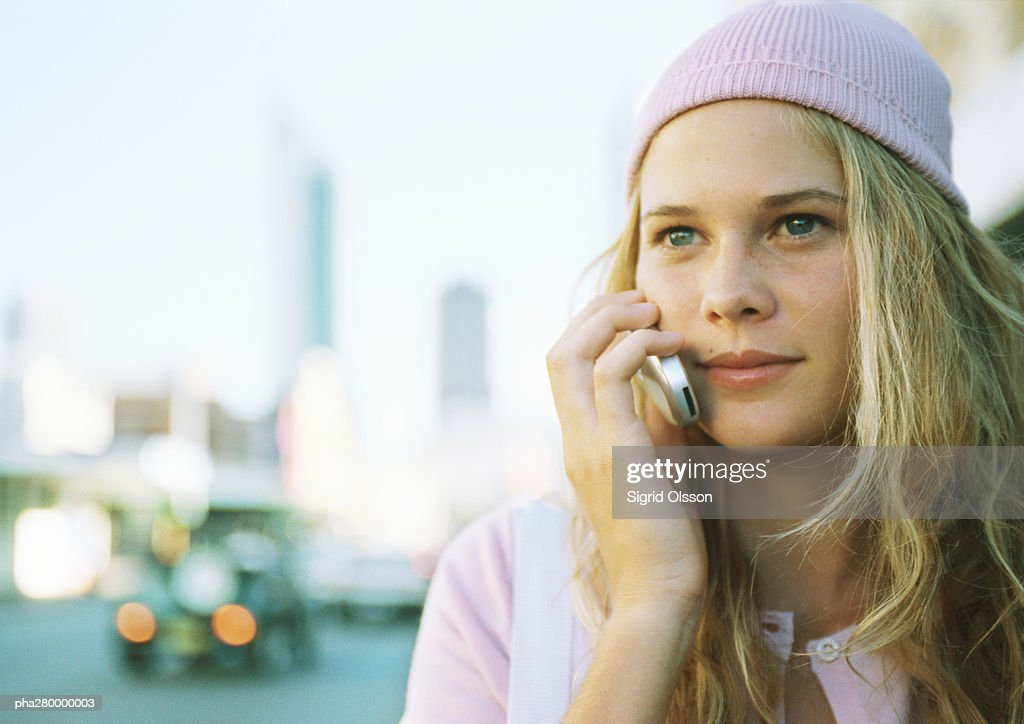 Teenage girl using cell phone in city : Stockfoto