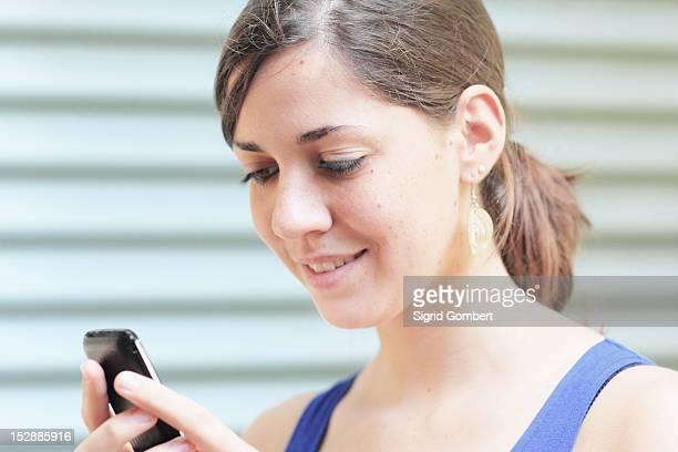 teenage girl using cell phone - sigrid gombert - fotografias e filmes do acervo