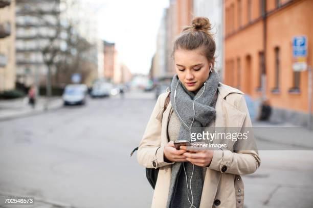 teenage girl using cell phone - ein mädchen allein stock-fotos und bilder