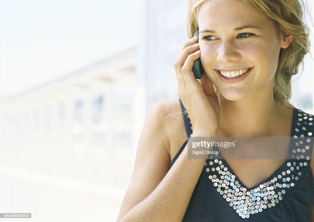 Teenage girl using cell phone : Stockfoto