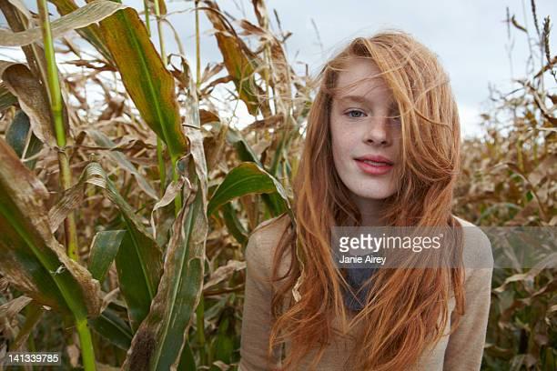 teenager mädchen zu fuß in cornfield - 12 13 jahre stock-fotos und bilder