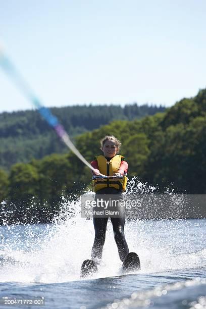 teenage girl (13-15) waterskiing - alleen één meisje stockfoto's en -beelden