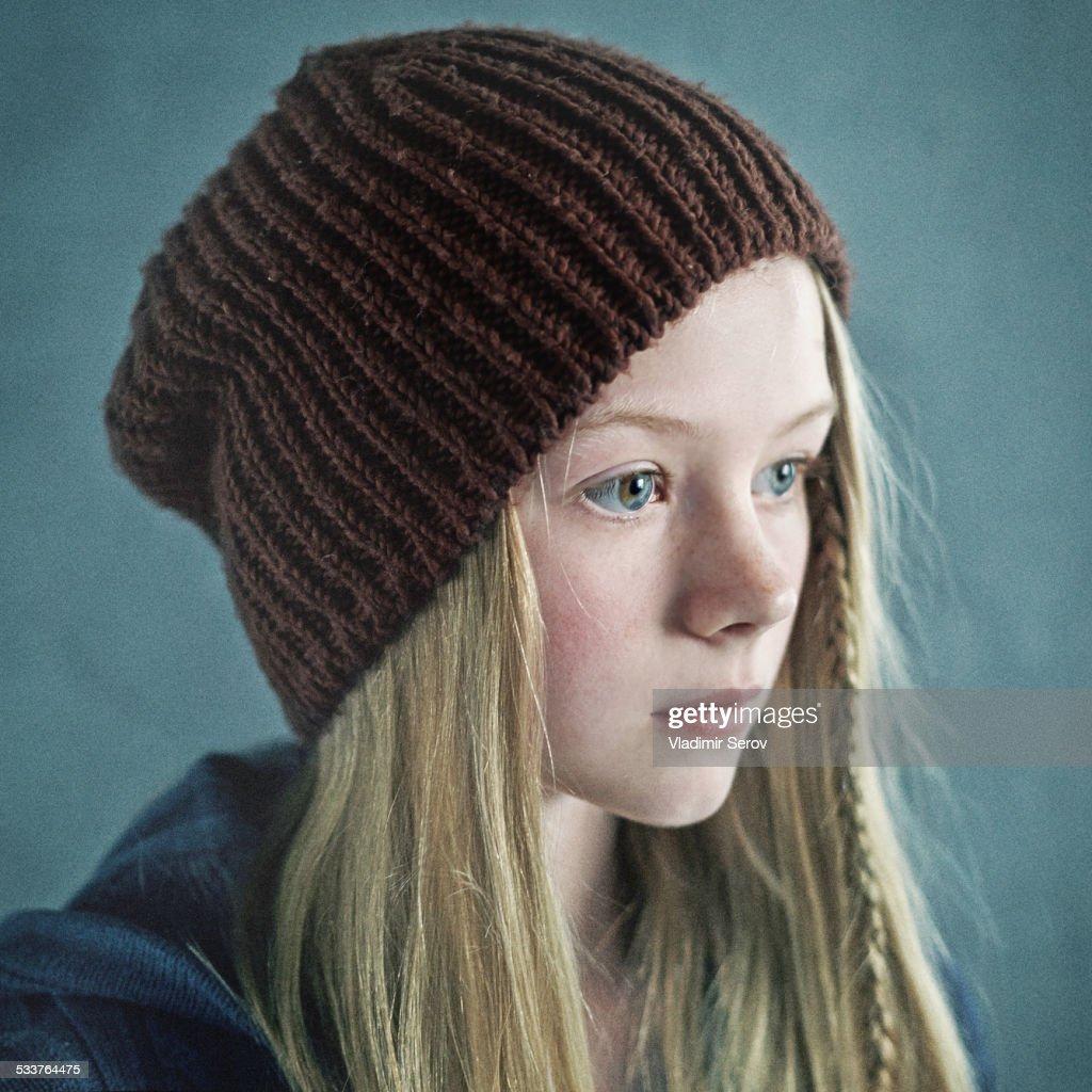 Teenage girl wearing knitted cap : Foto stock