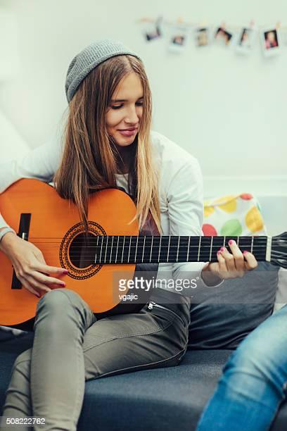 Fille jouant avec guitare Acustic