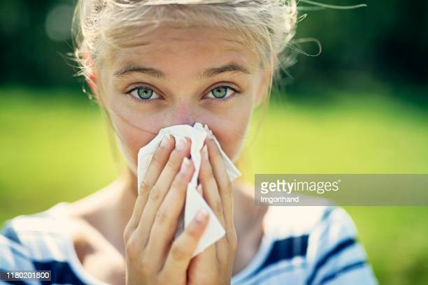 鼻を吹くアレルギーを持つ十代の少女 - 花粉症 ストックフォトと画像