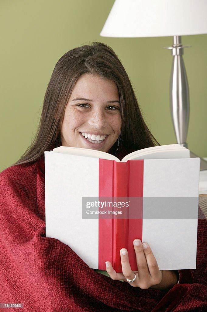 Teenage girl with book and blanket : Stockfoto