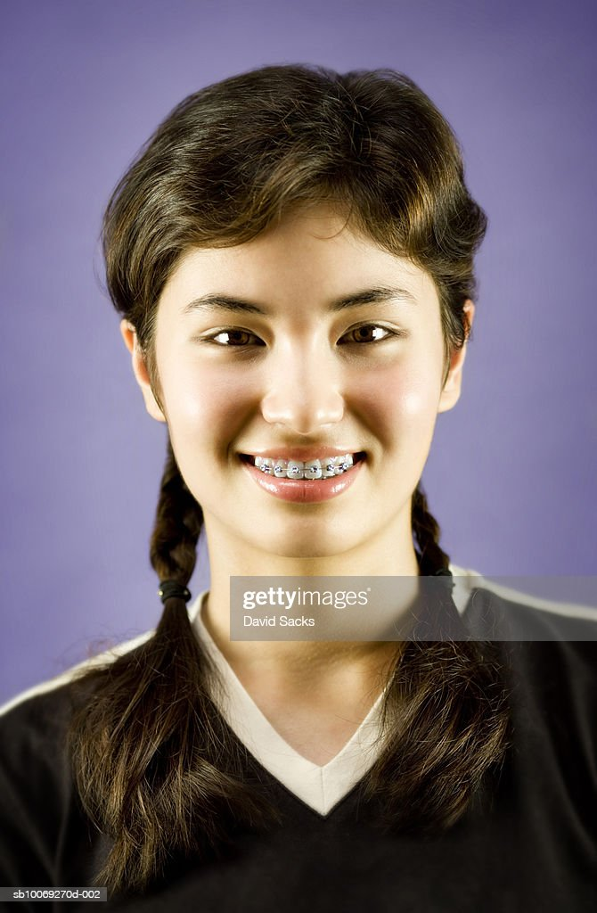 Teenage girl (14-15) with braces, smiling, portrait, close-up : Stockfoto