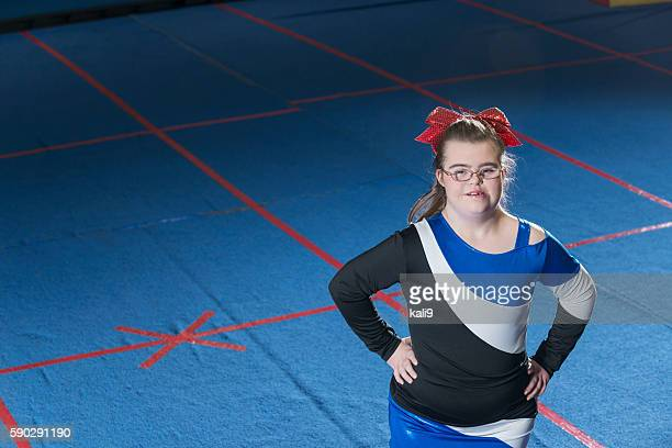 adolescente avec le syndrome de de cheerleading - une seule adolescente photos et images de collection