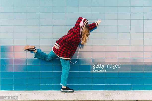 teenage girl with headphones having fun outdoors - seulement des adolescents ou adolescentes photos et images de collection