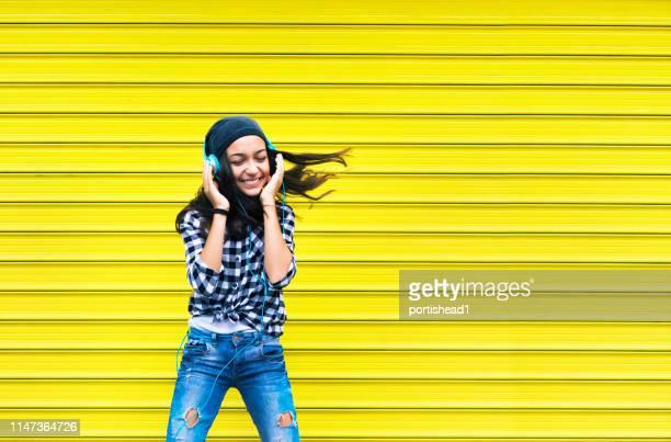 ヘッドフォンで十代の少女 - teenage girls ストックフォトと画像