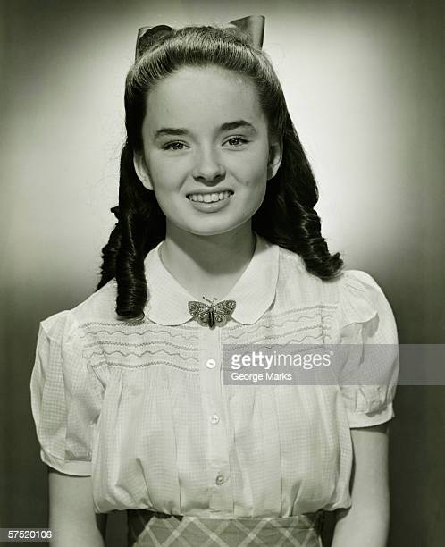 jeunes filles (14-15) avec cheveux longs (b & w), portrait - une seule adolescente photos et images de collection