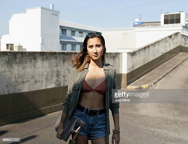 teenage girl with skateboard - pantaloncini grigi foto e immagini stock