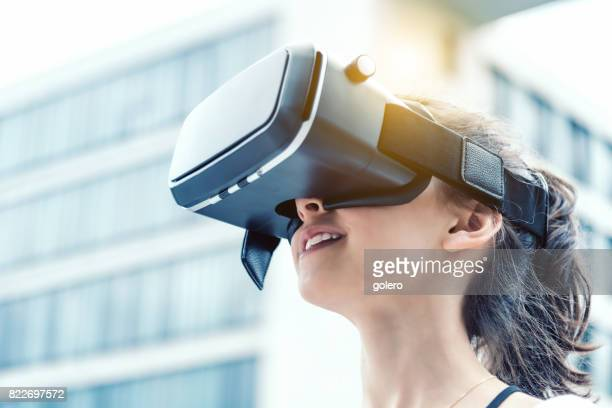 Teenager-Mädchen mit Virtual-Reality-simulator im Freien