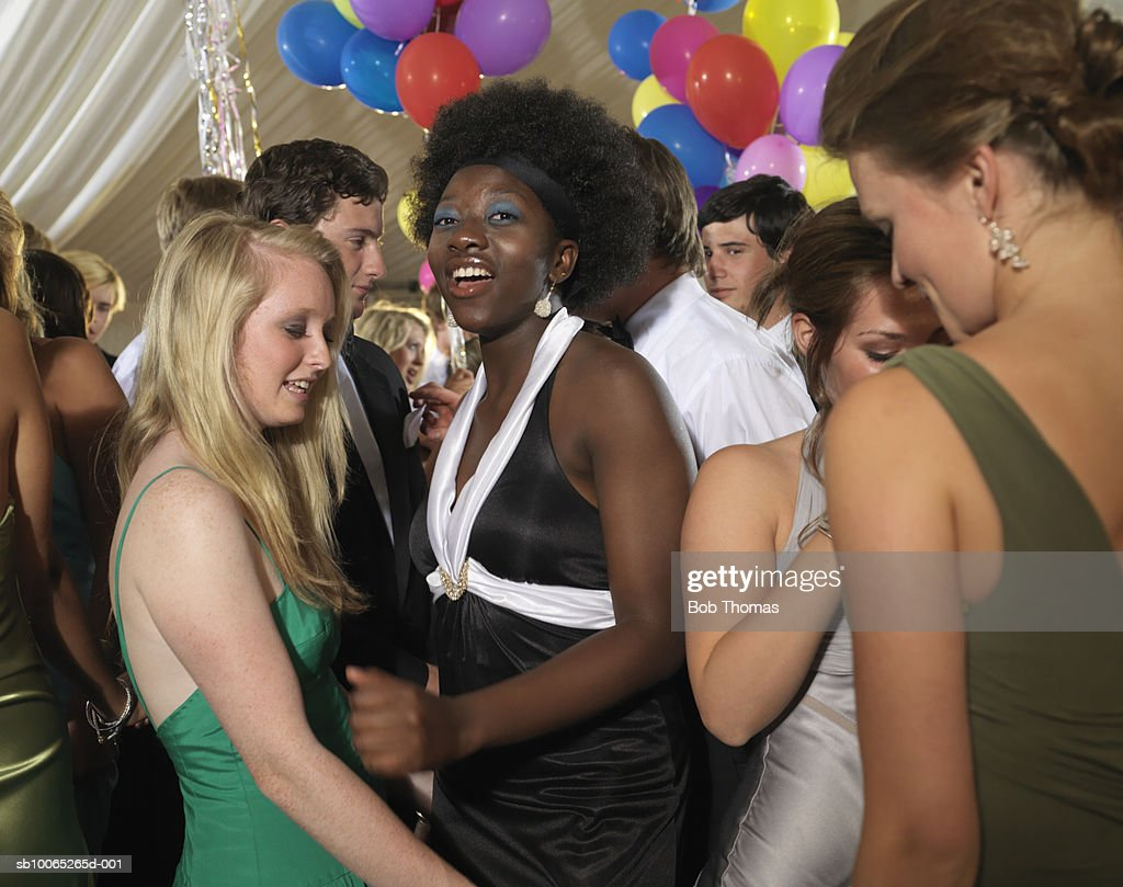Teenage girl (16-17) with young women dancing in party : Foto stock