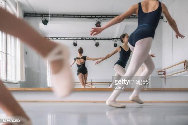 teenager mädchen tanzen vor ballett spiegel - ballettstudio stock-fotos und bilder