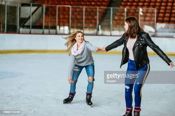 10 代の少女は、冬にスケートを楽しむ - スケート ストックフォトと画像