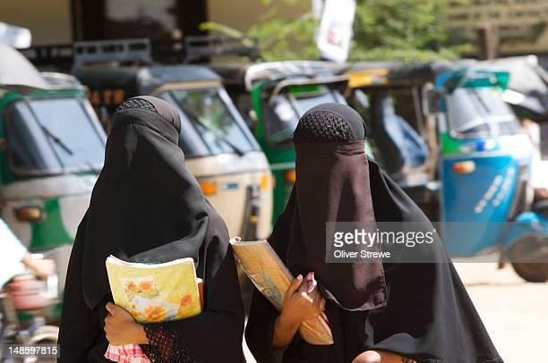 teenage girls going to school in full purdah. - burqa foto e immagini stock