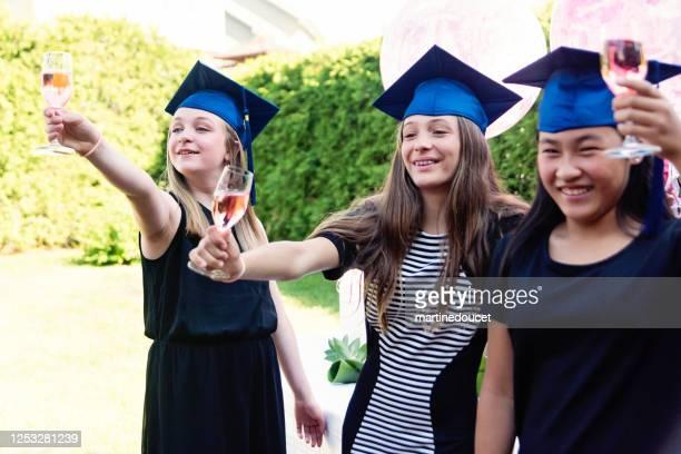 """tonårsflickor examen från grundskolan part i trädgården. - """"martine doucet"""" or martinedoucet bildbanksfoton och bilder"""
