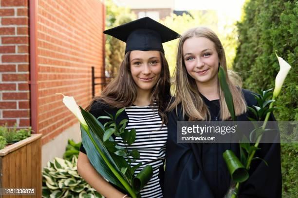 """adolescentes se formam em retrato da escola primária no quintal. - """"martine doucet"""" or martinedoucet - fotografias e filmes do acervo"""