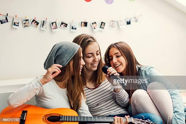 Teenager-Mädchen mit Karaoke-Party.
