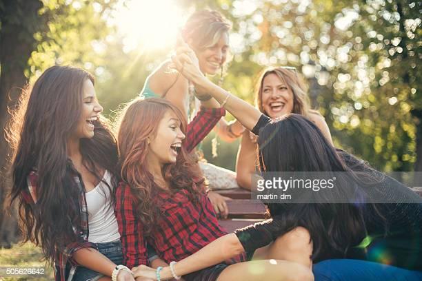 Teenager-Mädchen haben Spaß im park