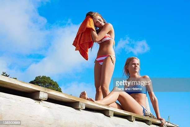 jeunes filles dans les maillots de bain à séchage rapide. - rivage photos et images de collection