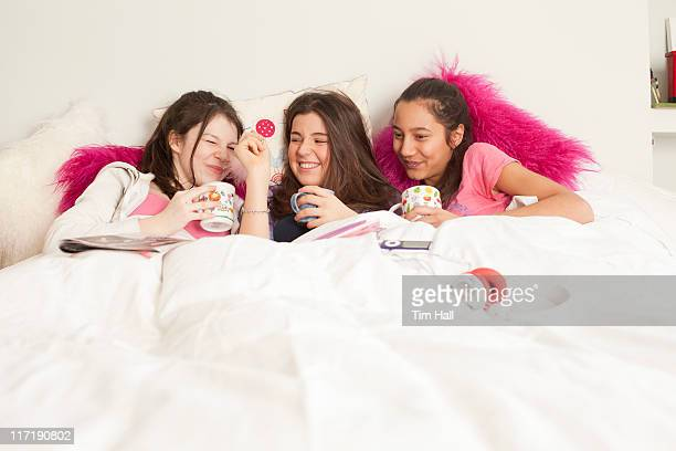 Jeunes filles rire et jouer de la musique