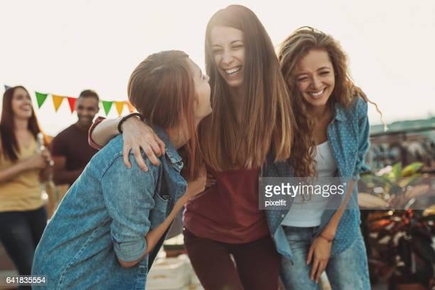 Tienermeisjes lachen op een partij