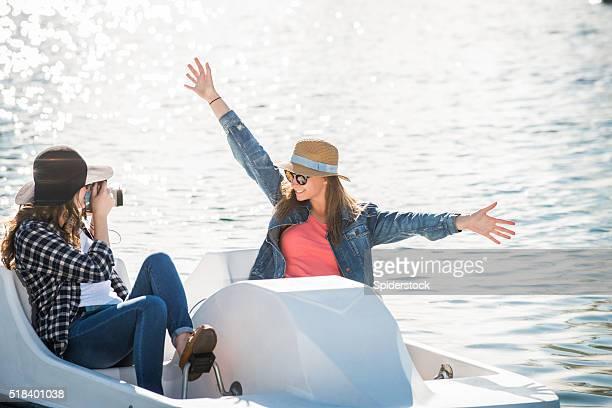 Teenager-Mädchen auf einem Paddel-Boot