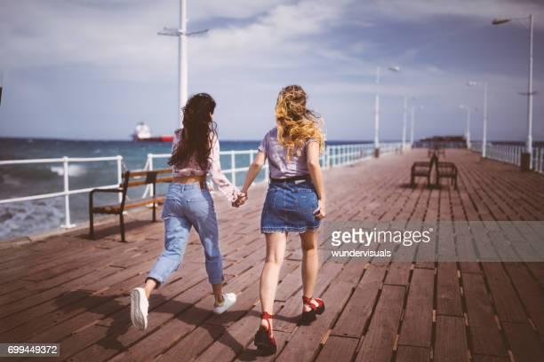 Mädchen im Teenageralter auf Sommerferien läuft auf Steg