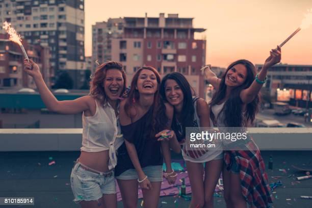 10 代の女の子が屋上でパーティー