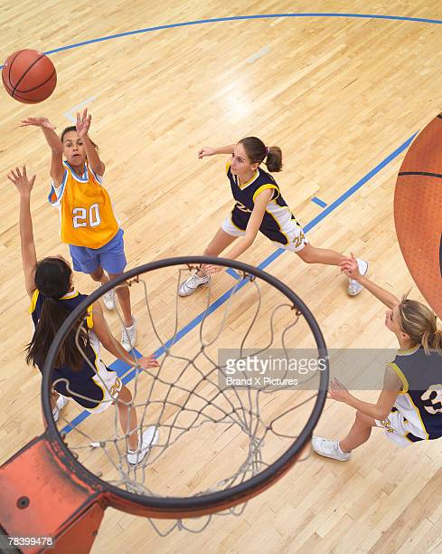 teenage girls playing basketball - teamsport stockfoto's en -beelden