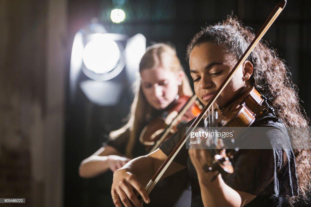 Adolescentes, tocando violín en concierto : Foto de stock