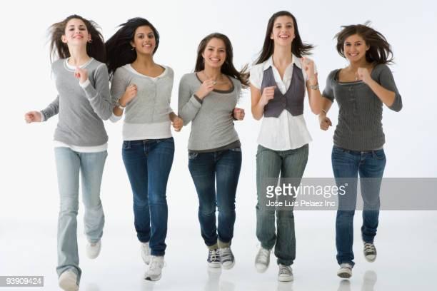 teenage girls running - alleen tienermeisjes stockfoto's en -beelden