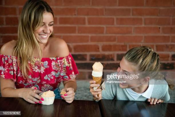 """10 代の少女は、職人のアイス クリーム パーラーのテラスで座っています。 - """"martine doucet"""" or martinedoucet ストックフォトと画像"""