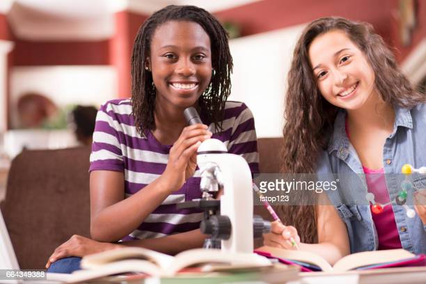Adolescentes, estudiar ciencia en casa utilizando el microscopio.