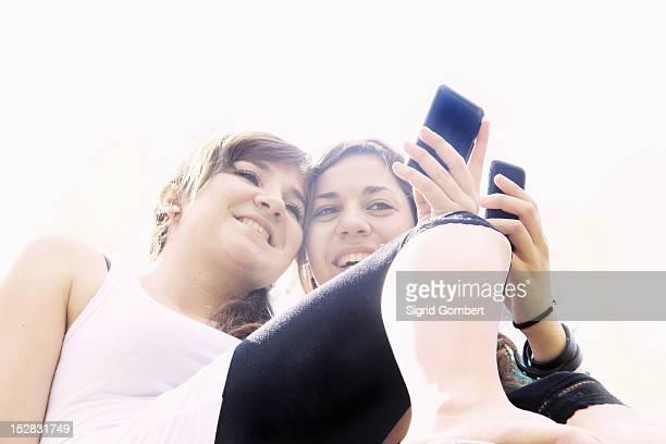 teenage girls taking pictures outdoors - sigrid gombert fotografías e imágenes de stock