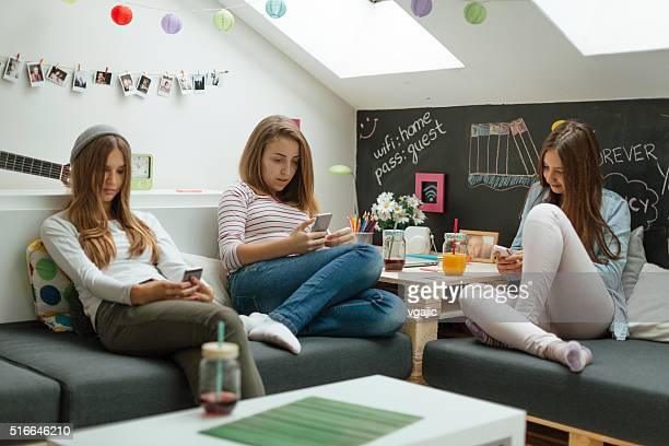 Teenager-Mädchen mit ihren Smartphones.